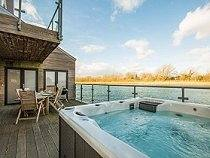 Waters Edge Hot Tub Lodge - Cotswold Water Park