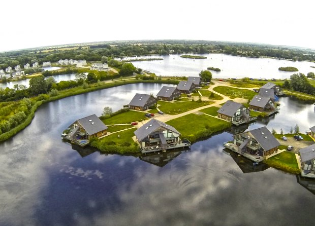 Cotswold Water Park Waters Edge Holiday Lodge With Hot Tub