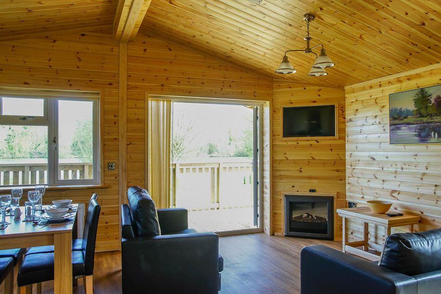 Woodlakes Larch Lodge Plus Lounge