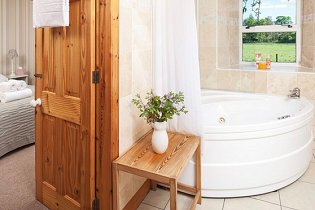 Holiday Cottages in Scotland - Coach House - Family bathroom