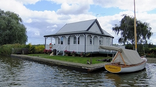 Norfolk Broads Cottages with riverside fishing - Sukie
